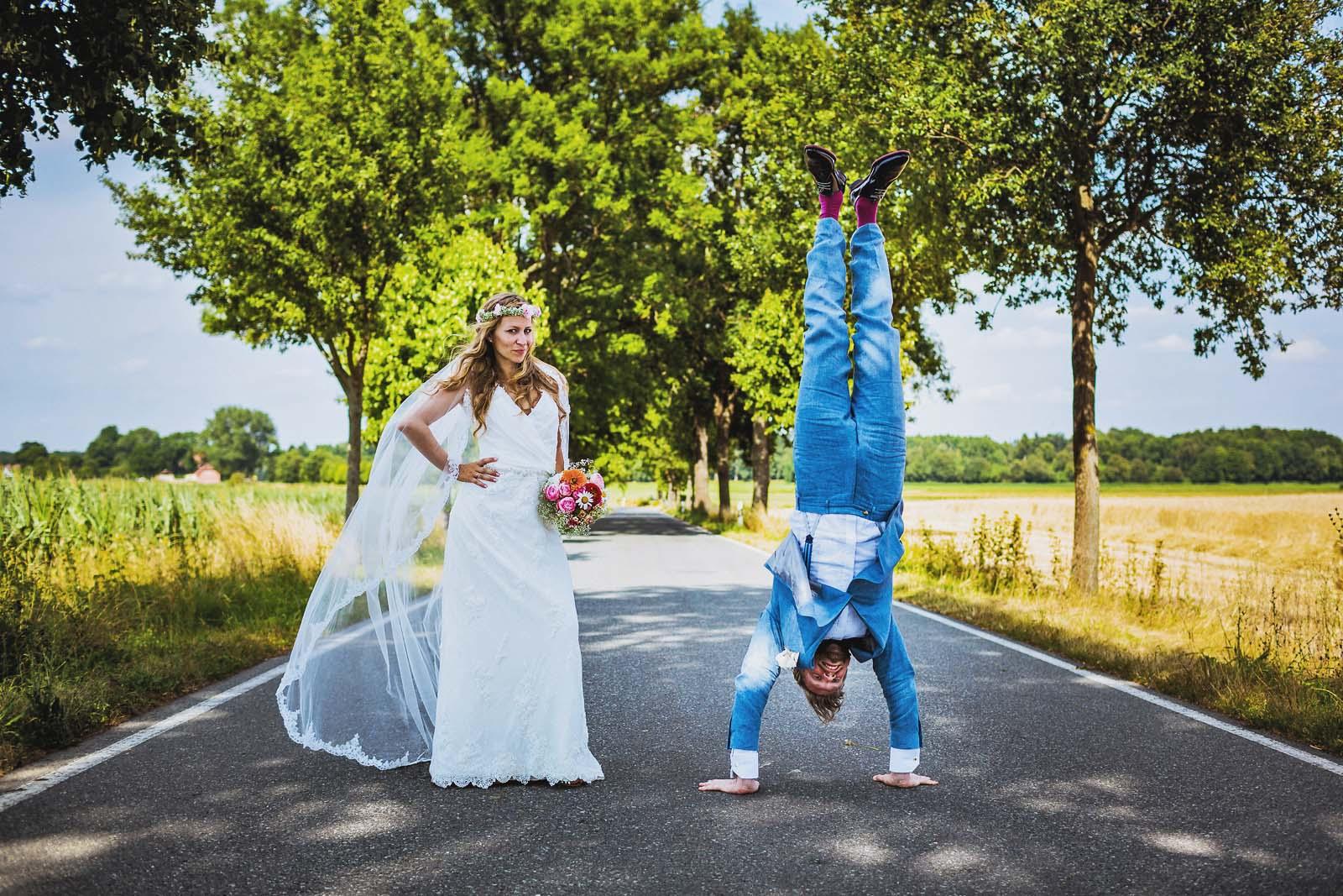 Brautpaar posiert auf der Strasse fuer eine Hochzeit in Brandenburg Copyright by Hochzeitsfotograf www.berliner-hochzeitsfotografie.de