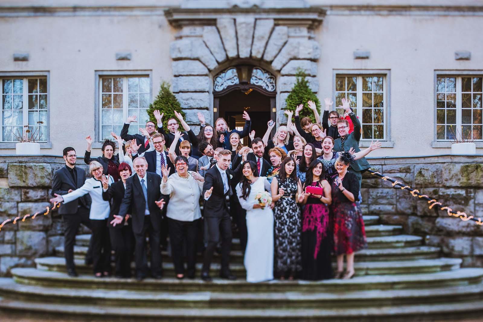 Lustiges Gruppenfoto am Schloss Kartzow von der Hochzeitsgesellschaft Hochzeitsfotograf Potsdam Copyright by Hochzeitsfotograf www.berliner-hochzeitsfotografie.de
