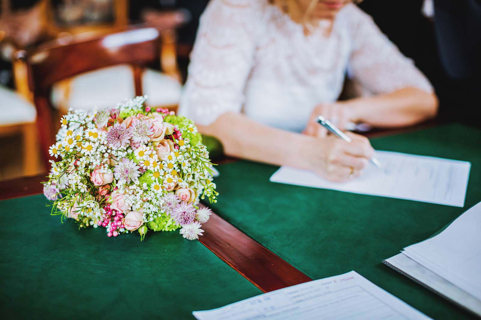 Braut bei Unterschrift Standesamt Copyright by Hochzeitsfotograf www.berliner-hochzeitsfotografie.de