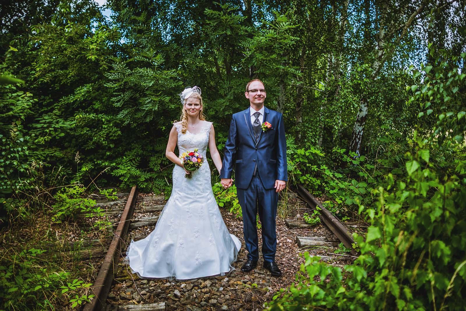 Fotoshooting auf alten Gleisen bei Hannover Hochzeitsfotograf Copyright by Hochzeitsfotograf www.berliner-hochzeitsfotografie.de