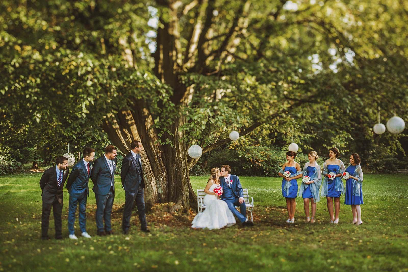 Hochzeitsfotograf fotografiert Gruppenfoto auf Hochzeit Copyright by Hochzeitsfotograf www.berliner-hochzeitsfotografie.de