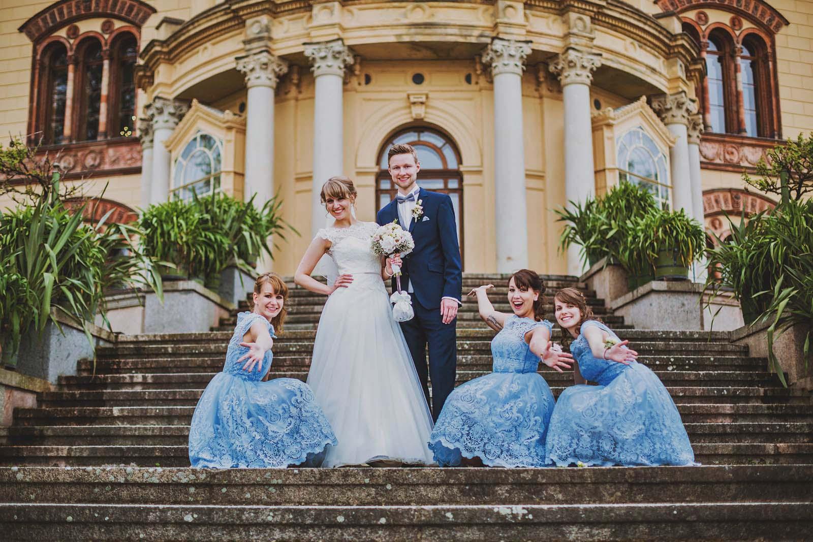 Gruppenfoto vom Hochzeitsfotograf am Schloss Schwerin Copyright by Hochzeitsfotograf www.berliner-hochzeitsfotografie.de