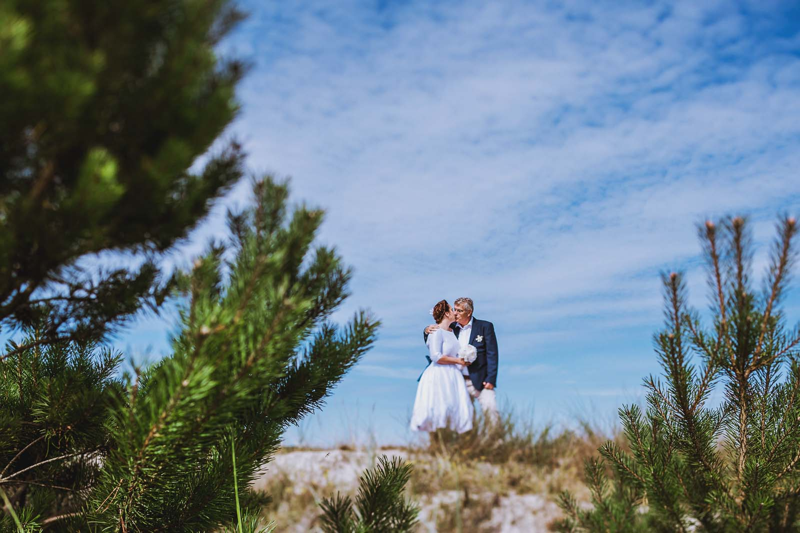 Hochzeitsfotograf Ruegen am Strand mit Brautpaar Copyright by Hochzeitsfotograf www.berliner-hochzeitsfotografie.de