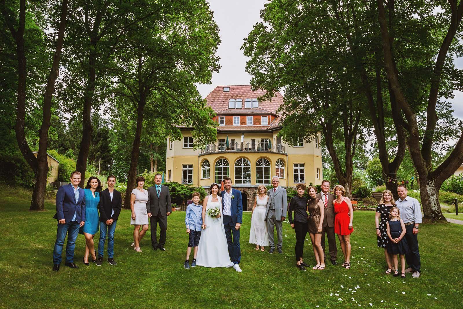 Gruppenfoto im Garten vom Landhaus Himmelpfort gestellt vom Hochzeitsfotograf Copyright by Hochzeitsfotograf www.berliner-hochzeitsfotografie.de