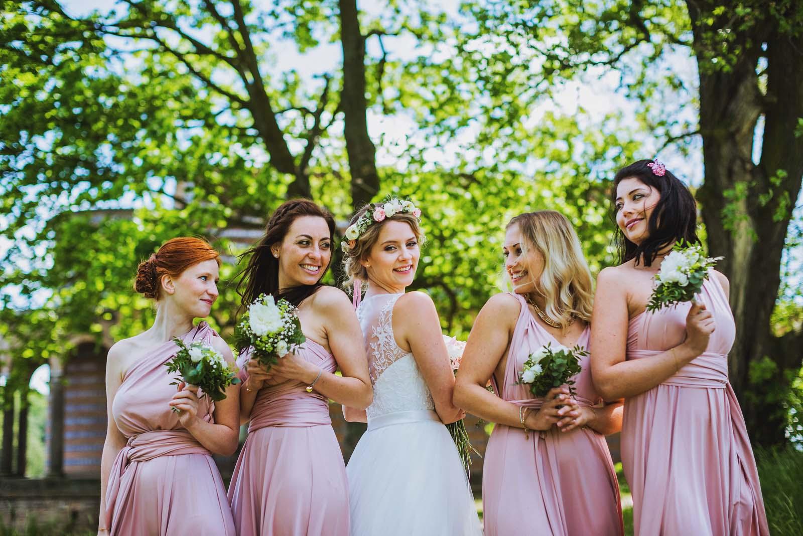 Braut und Brautjungfern professioneller Hochzeitsfotograf Potsdam Copyright by Hochzeitsfotograf www.berliner-hochzeitsfotografie.de