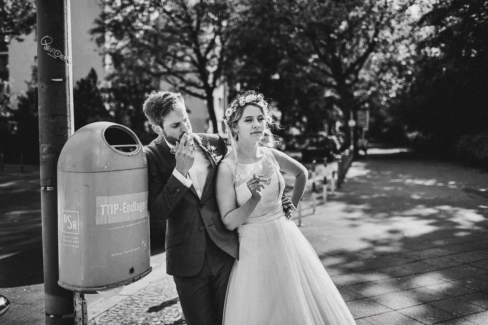 Hochzeitsfotograf Berlin fotografiert ein Brautpaar beim rauchen Copyright by Hochzeitsfotograf www.berliner-hochzeitsfotografie.de