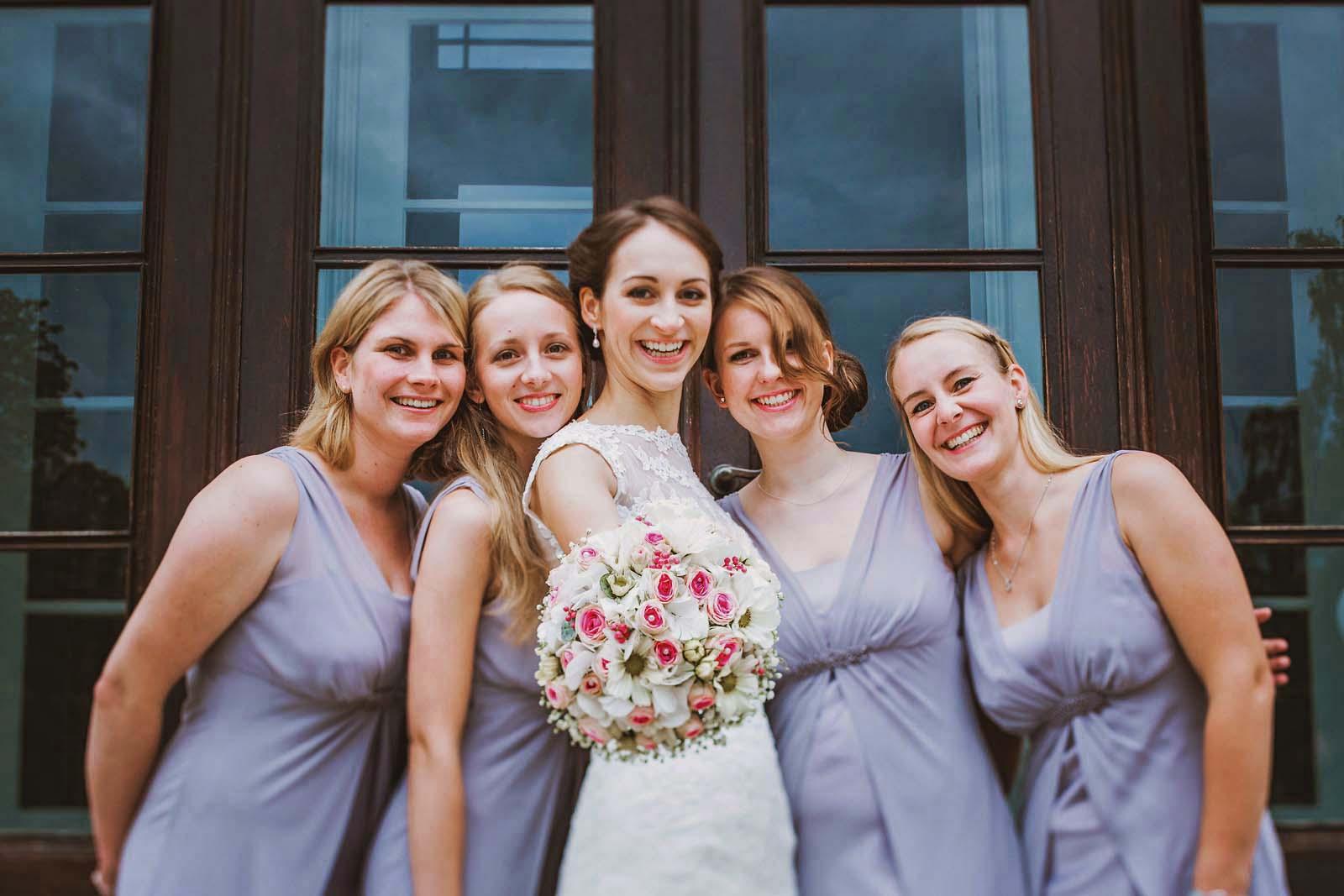 Brautjungfern rahmen Braut ein beim Gruppenfoto vom professionellem Hochzeitsfotograf Copyright by Hochzeitsfotograf www.berliner-hochzeitsfotografie.de