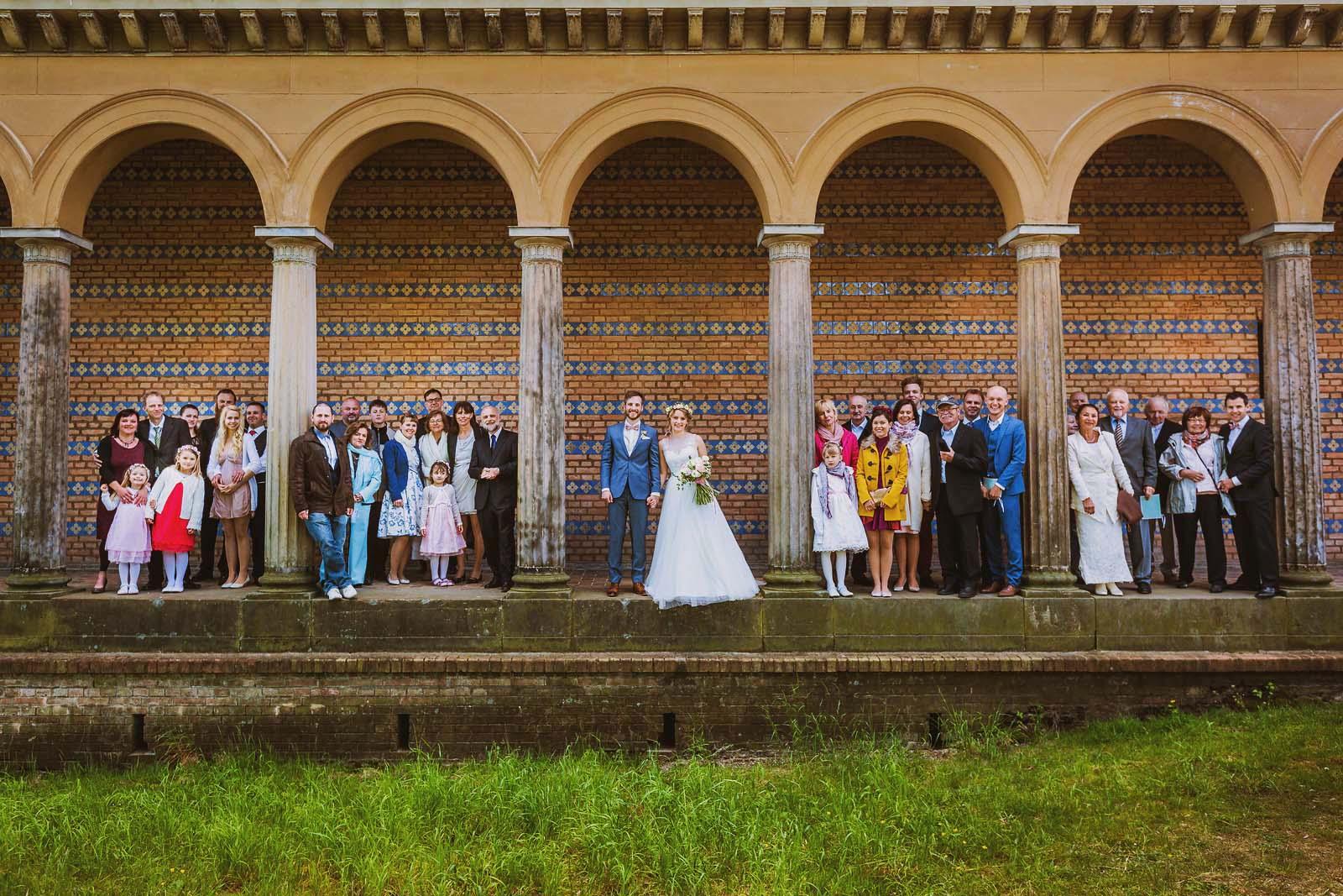 Gruppenfoto an der Heilandskirche Sacrow Hochzeitsfotograf Potsdam Copyright by Hochzeitsfotograf www.berliner-hochzeitsfotografie.de