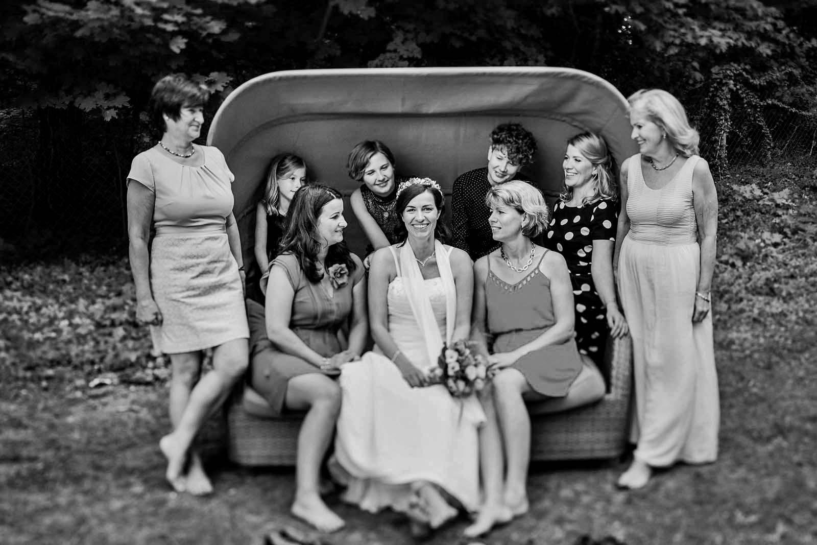 Braut auf Gruppenfoto Hochzeitsfotograf Copyright by Hochzeitsfotograf www.berliner-hochzeitsfotografie.de
