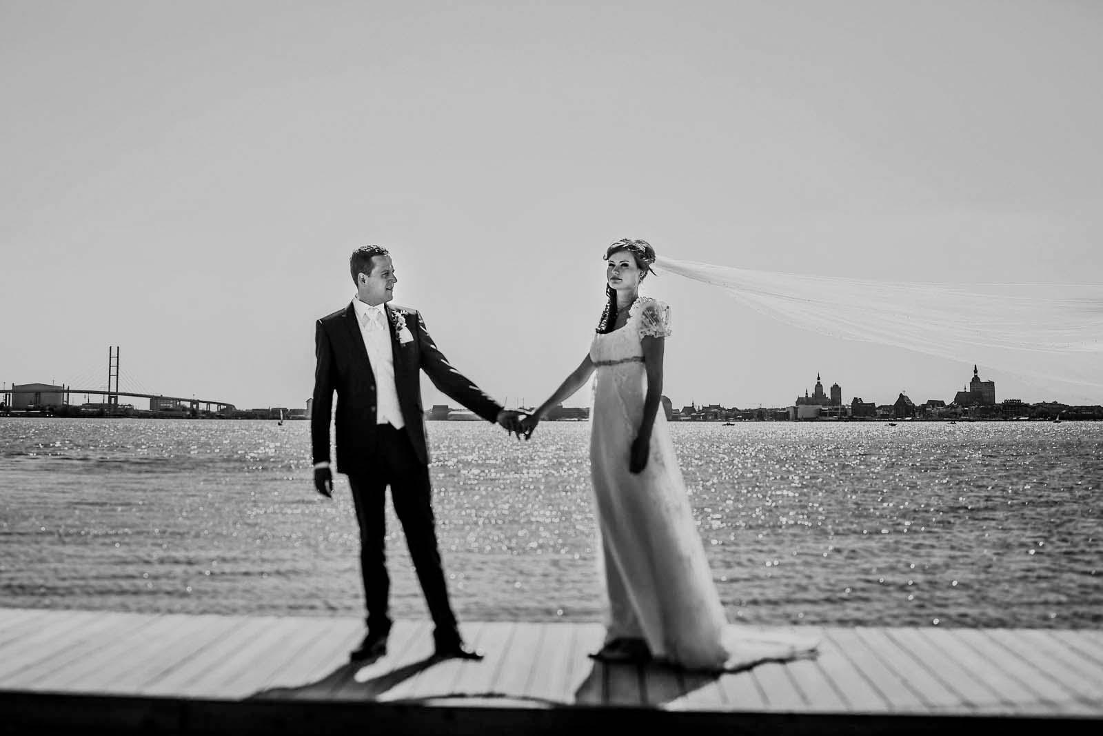 Hochzeitsfotograf Stralsund Hochzeitsportrait mit Skyline Copyright by Hochzeitsfotograf www.berliner-hochzeitsfotografie.de