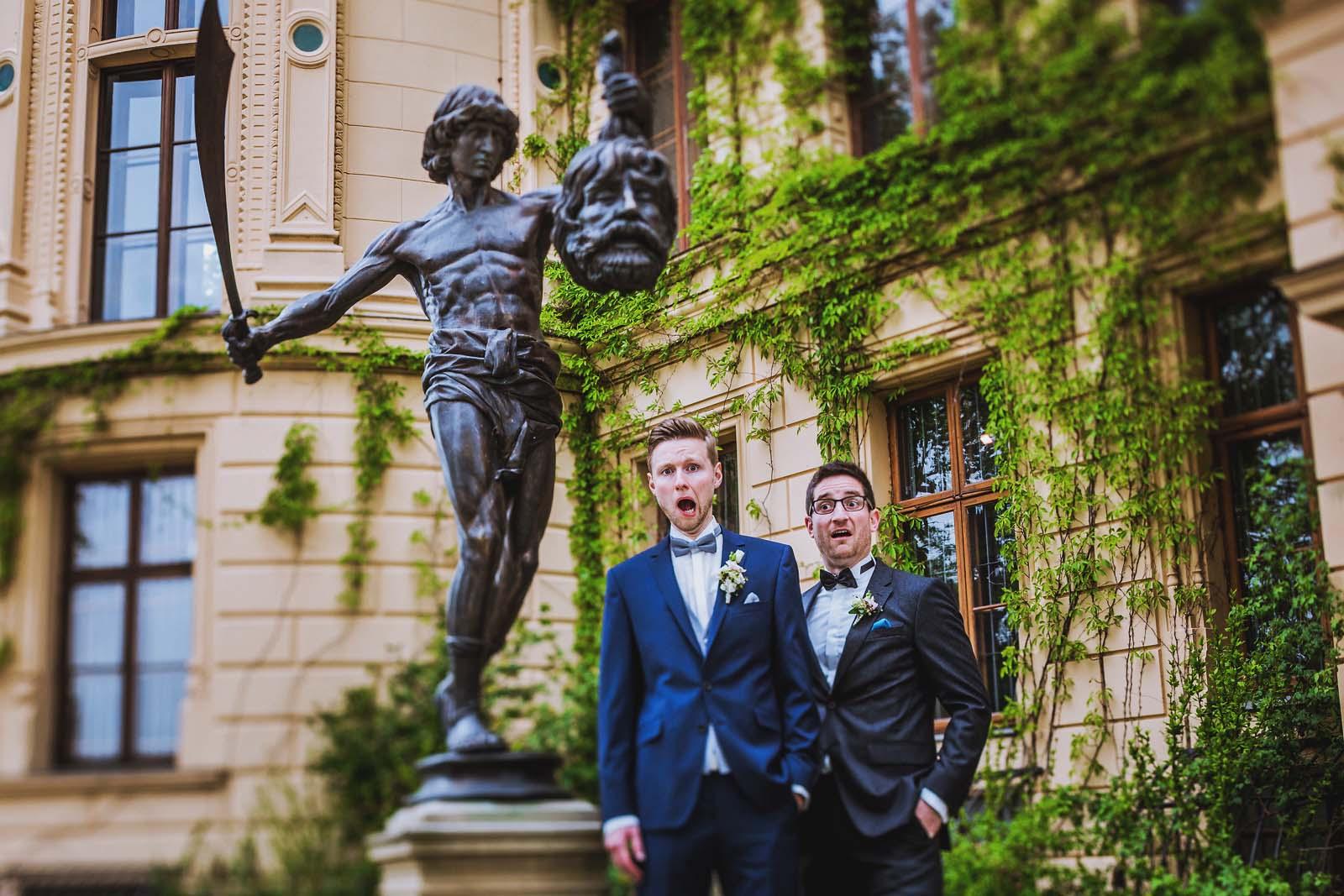 Skulptur mit Braeutigam Lustiges Gruppenfoto am Schloss Schwerin Hochzeitsfotograf Copyright by Hochzeitsfotograf www.berliner-hochzeitsfotografie.de