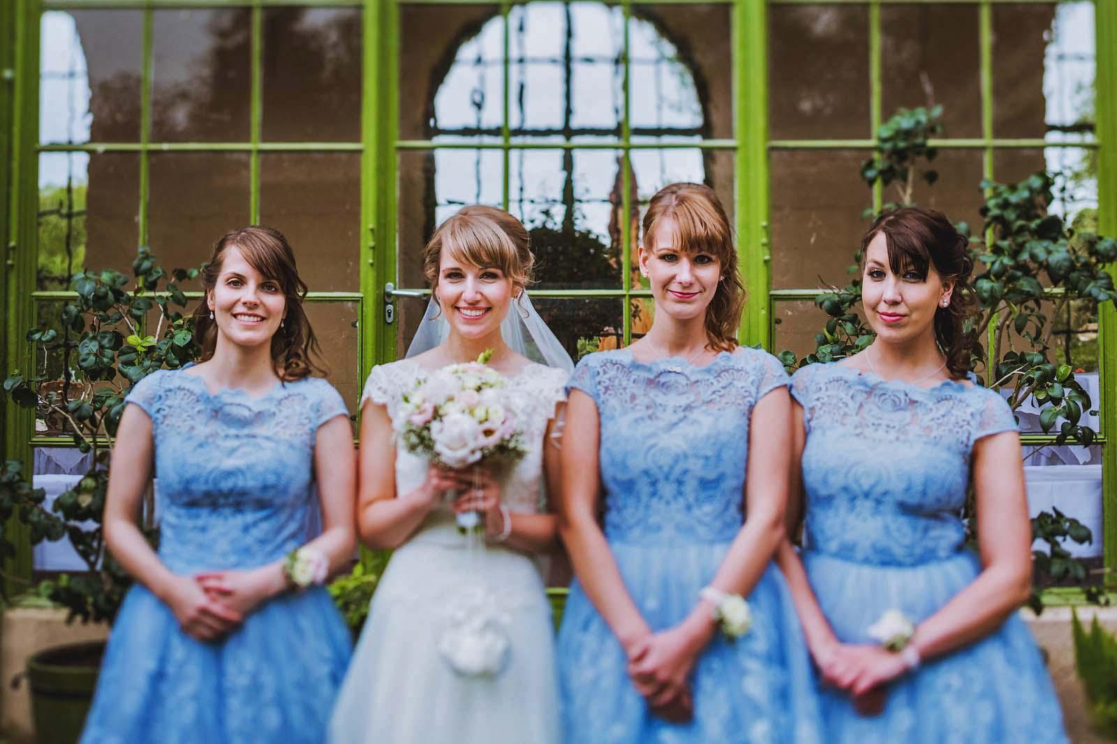 Braut wird von Brautjungfern eingerahmt auf Foto vom Hochzeitsfotograf Copyright by Hochzeitsfotograf www.berliner-hochzeitsfotografie.de