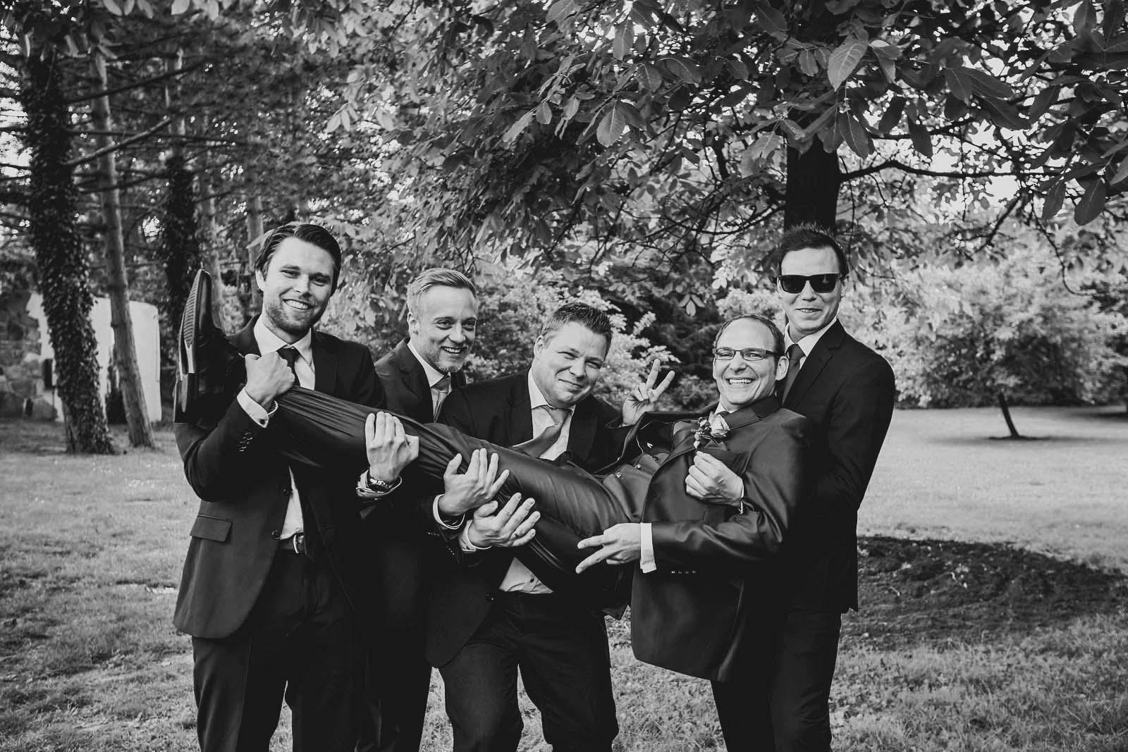 Gruppenfoto mit Braeutigam auf einem Hochzeitsfoto vom professionellem Fotografen Copyright by Hochzeitsfotograf www.berliner-hochzeitsfotografie.de