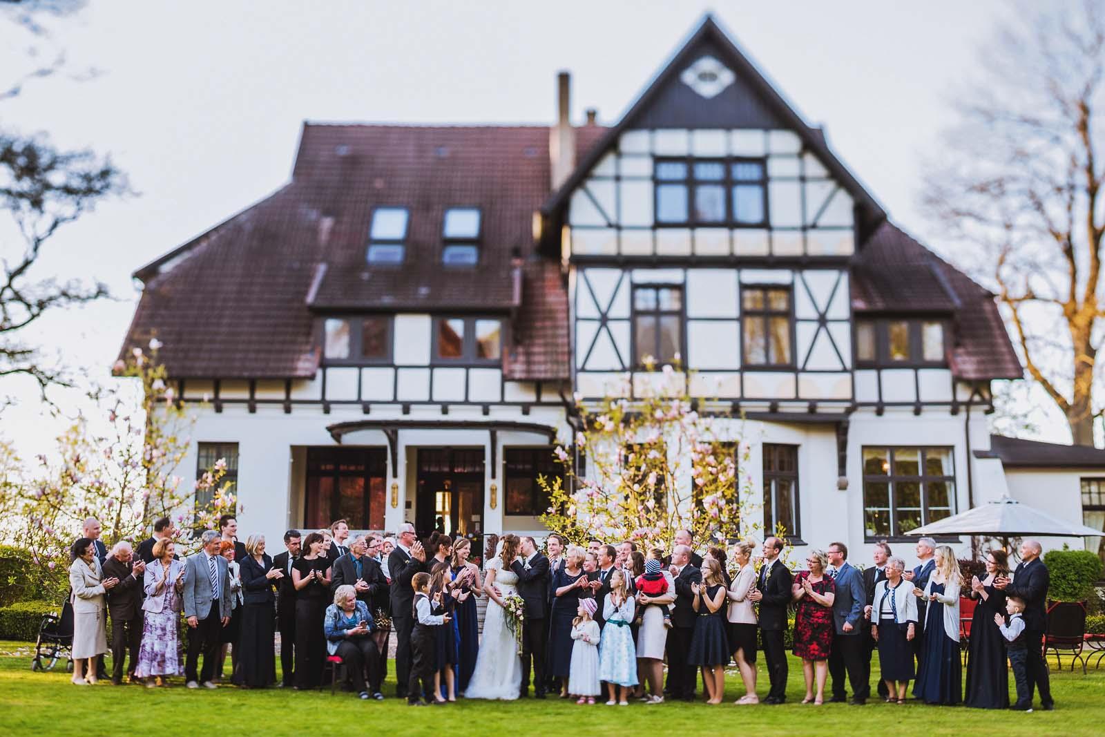 Gruppenfoto einer Hochzeitsgesellschaft am Gutshaus Kubbelkow auf Ruegen Copyright by Hochzeitsfotograf www.berliner-hochzeitsfotografie.de