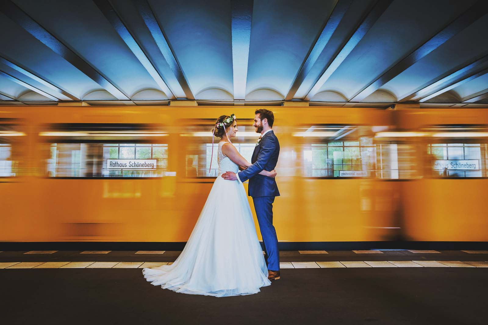 Fotoshooting in der U Bahn Rathaus Schoeneberg Hochzeitsfotograf Berlin Copyright by Hochzeitsfotograf www.berliner-hochzeitsfotografie.de