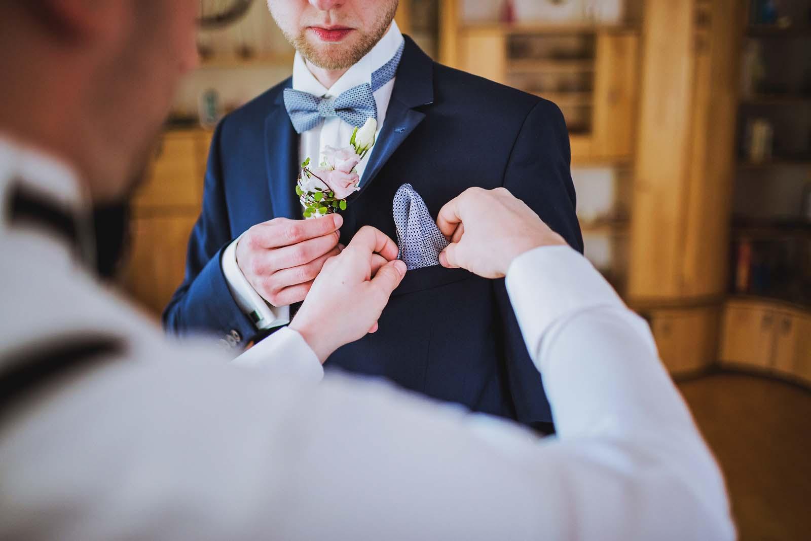 Hochzeitsfotograf fotografiert Vorbereitungen beim Braeutigam Detailfoto beim Ankleiden Copyright by Hochzeitsfotograf www.berliner-hochzeitsfotografie.de