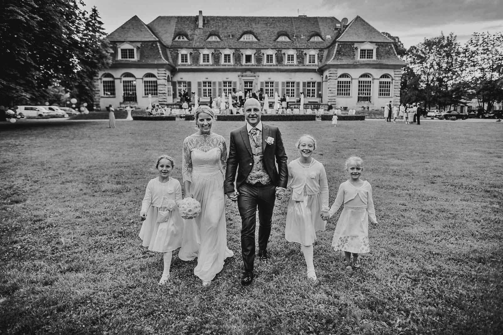 Hochzeitsfotograf Potsdam mit Brautpaar mit Kindern vor Schloss Kartzow Copyright by Hochzeitsfotograf www.berliner-hochzeitsfotografie.de