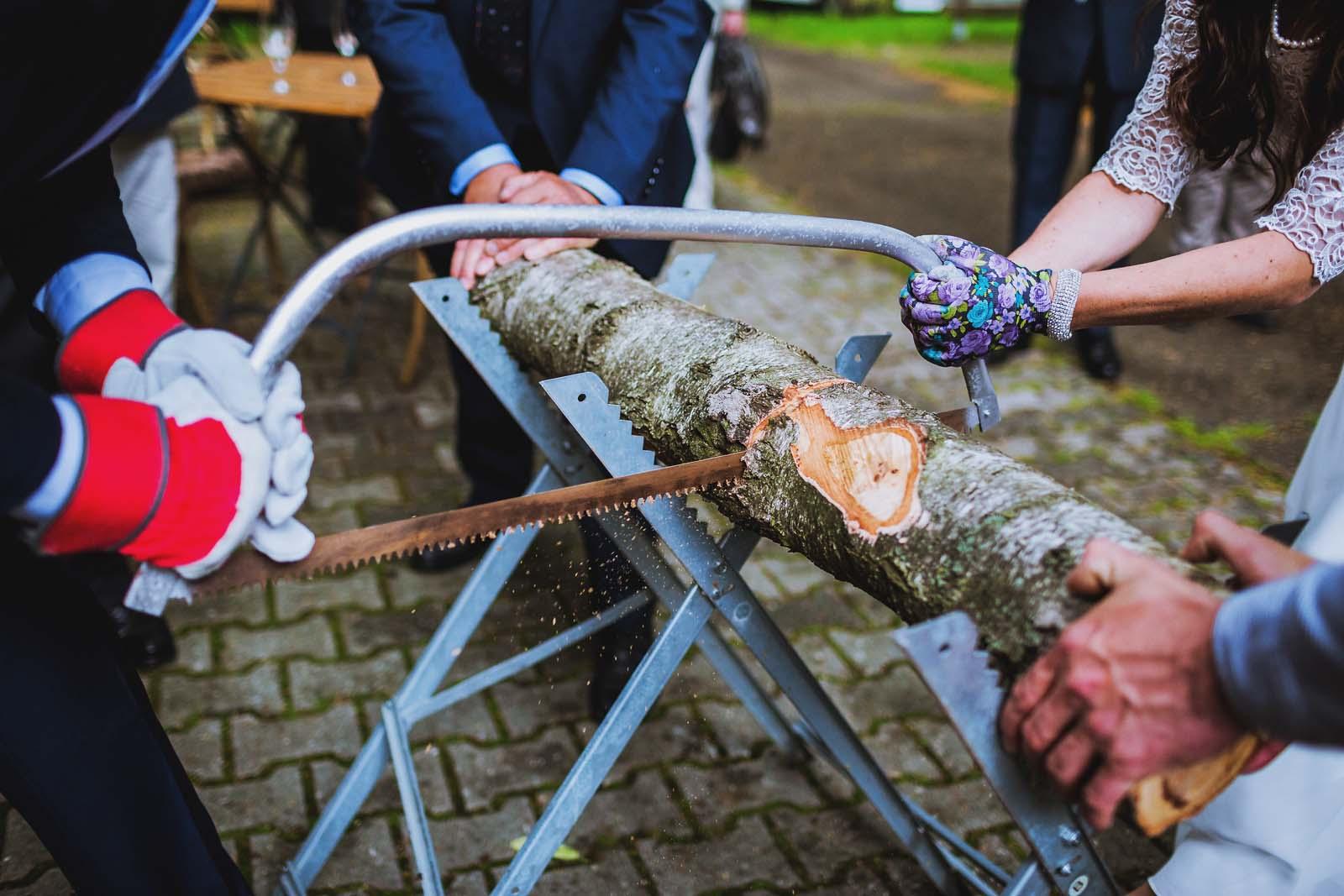 Hochzeitsbrauch Baumstammsaegen Copyright by Hochzeitsfotograf www.berliner-hochzeitsfotografie.de