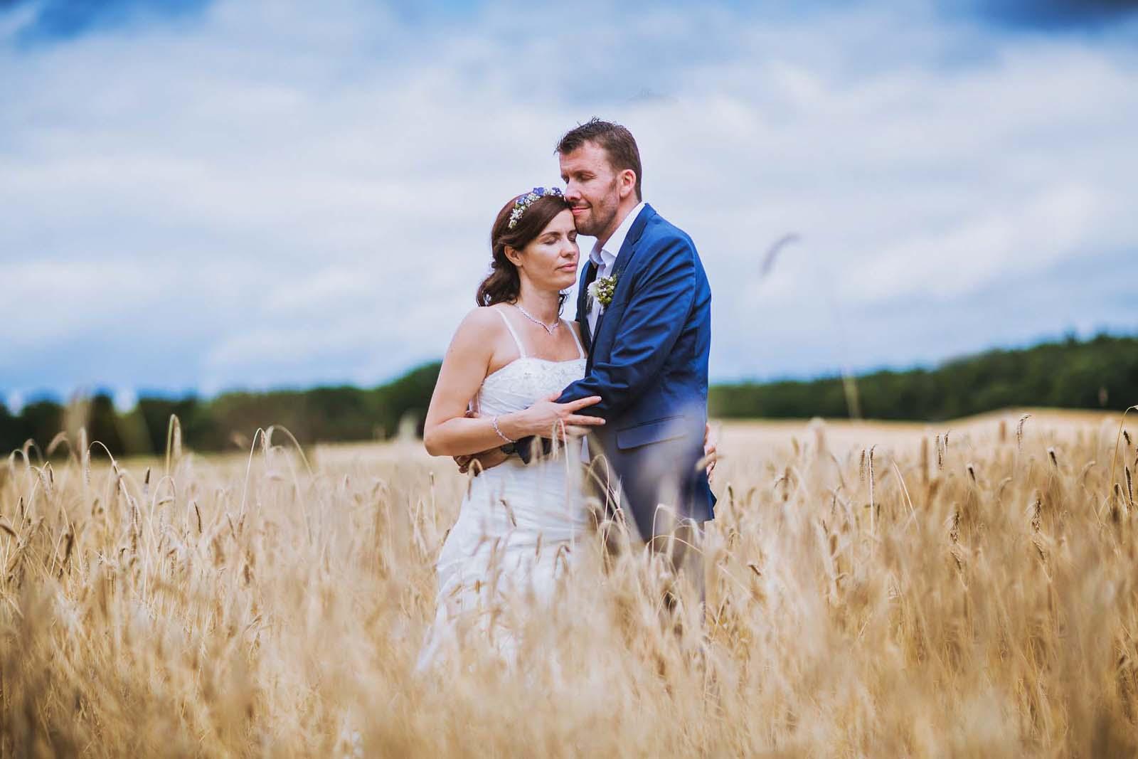 Professioneller Hochzeitsfotograf fotografiert ein Brautpaar im Weizenfeld Copyright by Hochzeitsfotograf www.berliner-hochzeitsfotografie.de