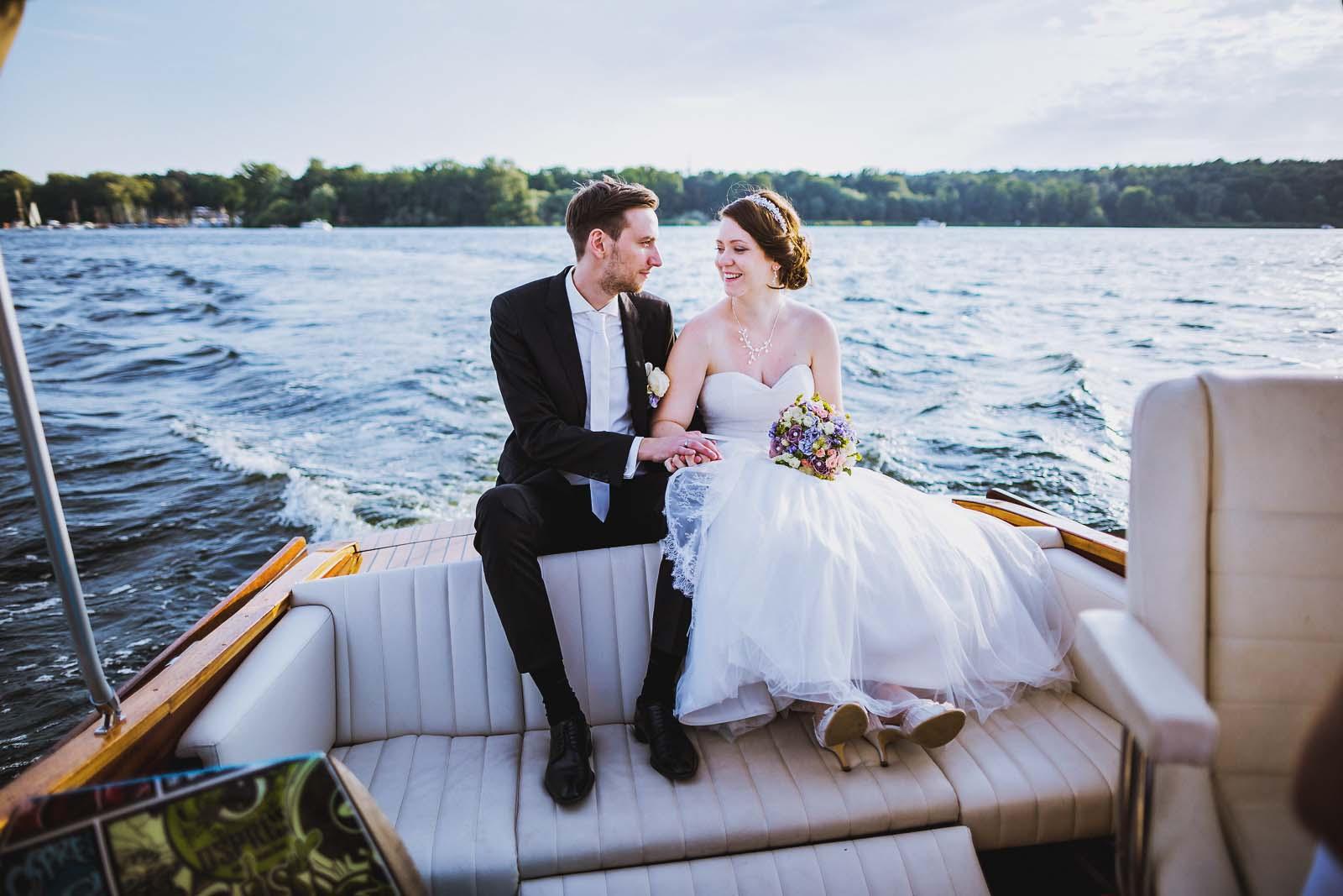 Hochzeitsportrait auf einem Boot auf der Havel Hochzeitsfotograf Berlin Copyright by Hochzeitsfotograf www.berliner-hochzeitsfotografie.de