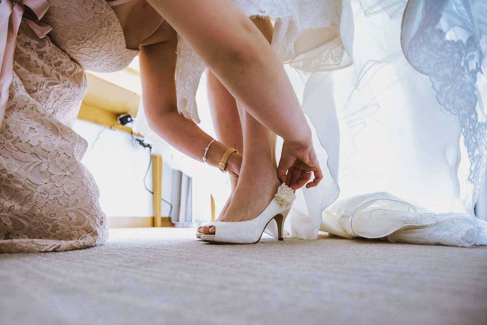 Detailfoto Schuhe Vorbereitung Braut Hochzeit Copyright by Hochzeitsfotograf www.berliner-hochzeitsfotografie.de