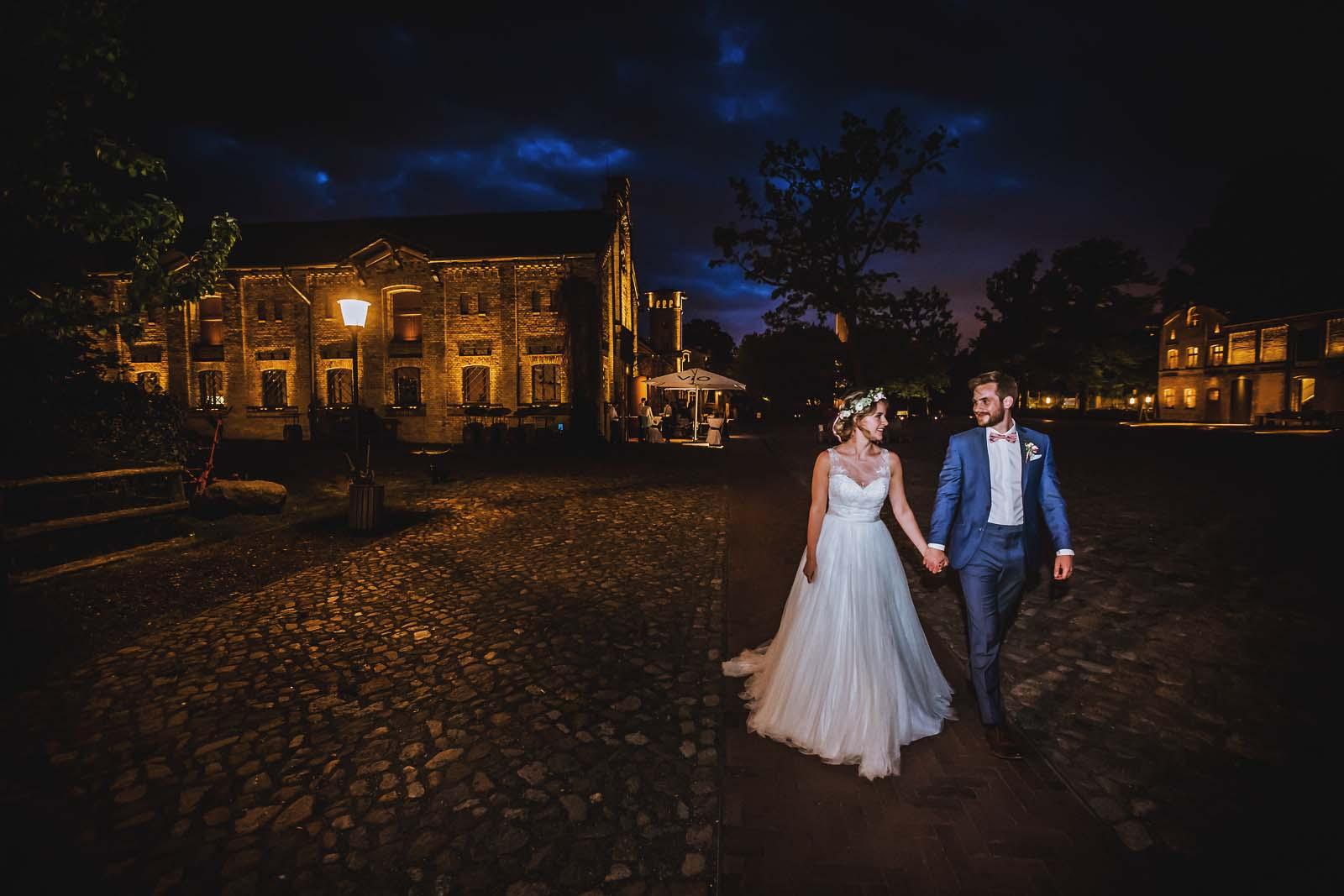 Hochzeitsfotograf Berlin mit Brautpaar im Ochsenstall vom Schloss Britz Copyright by Hochzeitsfotograf www.berliner-hochzeitsfotografie.de