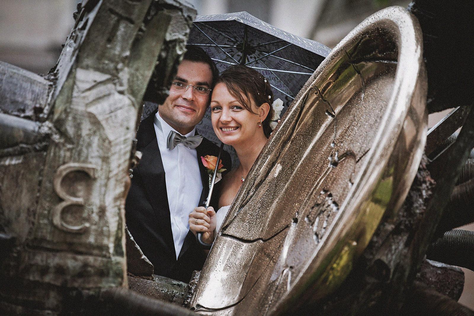 Hochzeitsfotograf mit einem Brautpaar auf der Museumsinsel in Berlin bei Regen