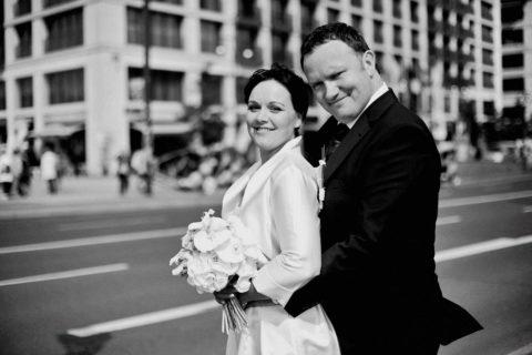 Hochzeitsfotograf Berlin fotografiert ein Brautpaar im Standesamt Rotes Rathaus