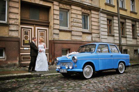 Hochzeitsfotograf Eberswalde mit einem Brautpaar mit Trabbi als Hochzeitsauto