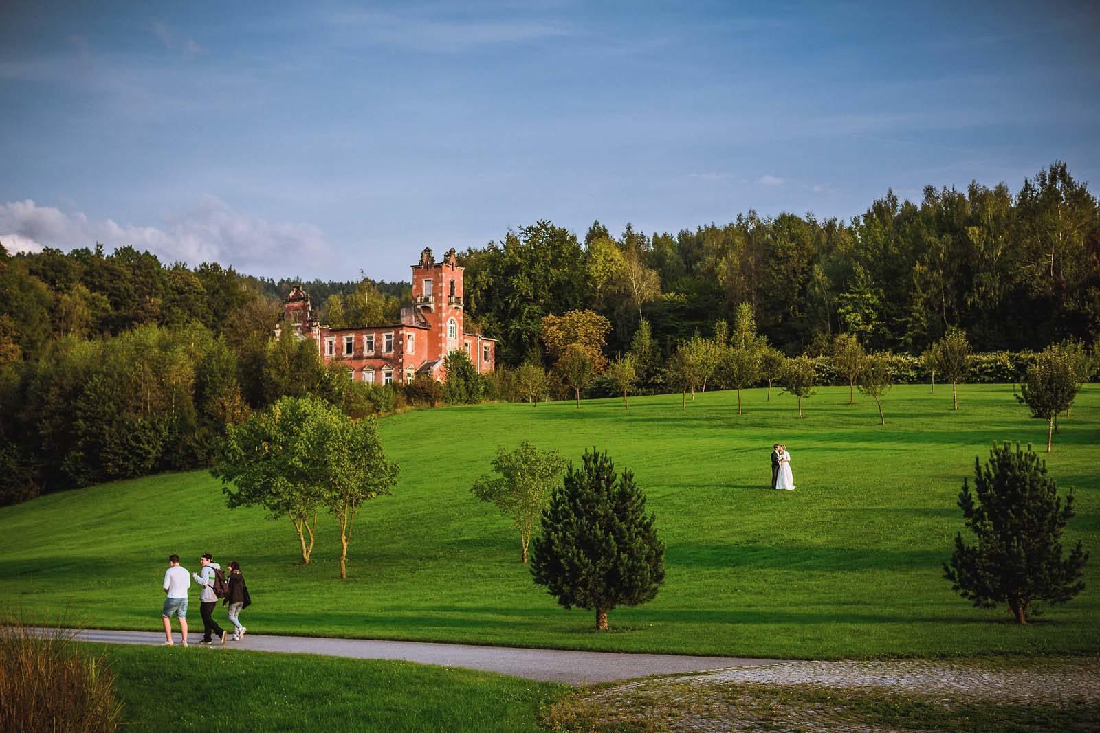 Hochzeitsfotograf Erzgebirge fotografiert ein Brautpaar im Kurpark Bad Schlema