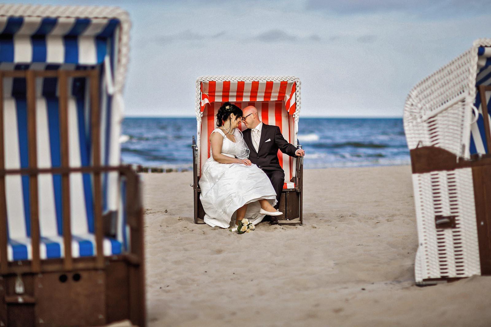 Brautpaar im Strandkorb am Strand von Usedom Hochzeitsfotograf